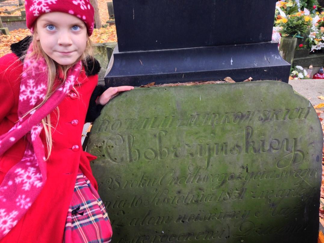 Sara Minakowska na grobie swej prapraprapraprababci Rozalii z Markowskich Chobrzyńskiej